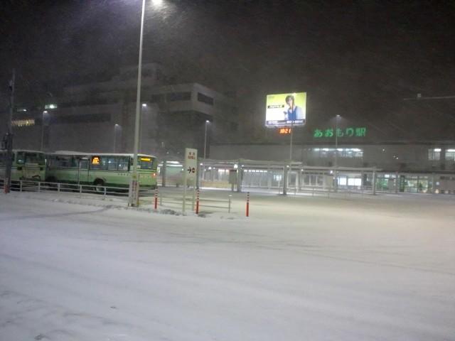 青森駅は雪の中